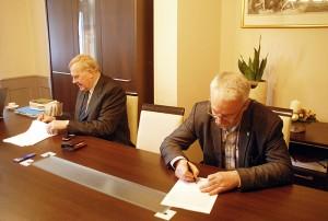 Dokument podpisują Mirosław Górecki z Kowar i Bogdan Malinowski z Karpacza