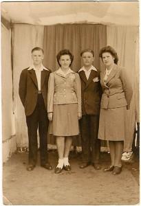 8. Czwórka rodzeństwa ocalała z pożogi wojennej od lewej: Kazio, Lodzia, Henio, i Stasia w Afryce