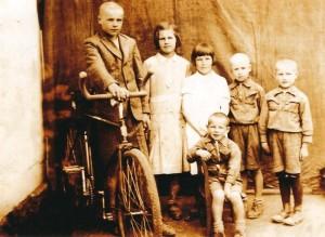 3. Zdjęcie całego rodzeństwa na Wołyniu, od lewej stoją: Janek, Stasia, Lodzia, Kazio i Henio, siedzi najmłodszy Jureczek