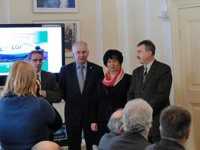 Od lewej: Witold Szczudłowski (Dyrektor biura Związku Gmin Karkonoskich), Mirosław Górecki (Burmistrz Miasta Kowary), Anna Lato (Wójt Gminy Podgórzyn). Foto: Krzysztof Tęcza