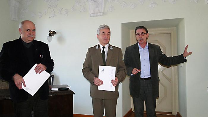 Od lewej: Andrzej Ploch (Typoscript) dotychczasowy wydawca, Andrzej Raj (Karkonoski Park Narodowy) nowy wydawca oraz Witold Szczudłowski (Związek Gmin Karkonoskich). Foto: Krzysztof Tęcza