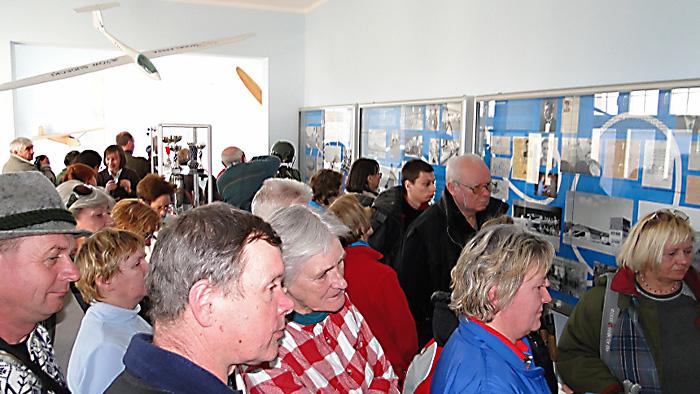 Zwiedzanie Izby Lotniczej Tradycji. Foto: Krzysztof Tęcza