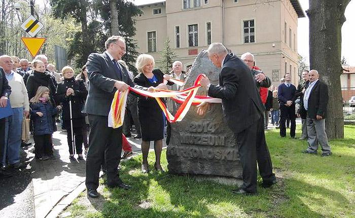 Odsłonięcie pamiątkowego kamienia. Foto: Krzysztof Tęcza