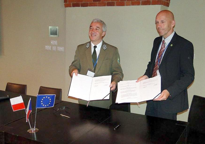 Dyrektorzy parków pokazują podpisane porozumienie. Foto: Krzysztof Tęcza