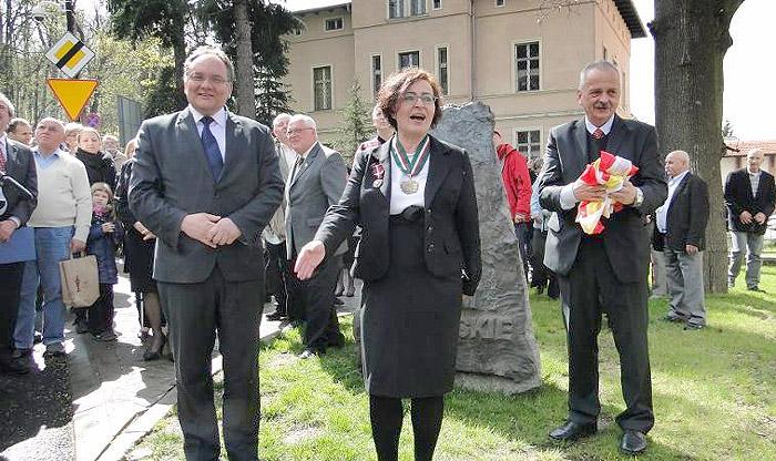 Dyrektor Gabriela Zawiła zaprasza obecnych do wspólnej fotografii. Foto: Krzysztof Tęcza