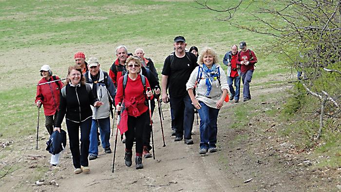Pierwsi turyści wyłaniają się z lasu. Foto: Krzysztof Tęcza