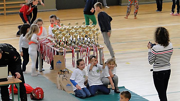 Najmłodsze drużyny na tle trofeów. Foto: Krzysztof Tęcza