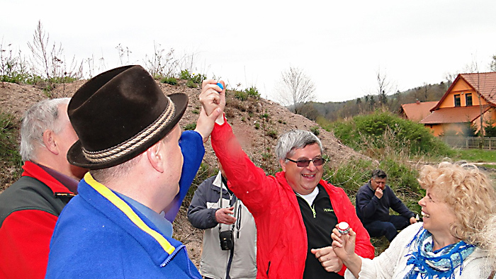 Zwycięzca konkursu dumnie pokazuje swoje niebieskie jajo. Foto: Krzysztof Tęcza