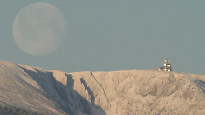 Księżyc nad Śnieżnymi Kotłami udaje się na spoczynek. Foto Krzysztof Tęcza