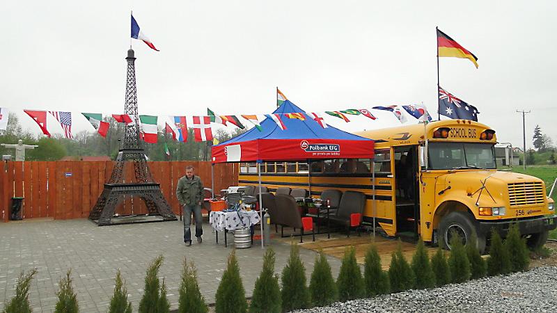 Flagi powiewające nad parkiem miniatur. Foto: Krzysztof Tęcza