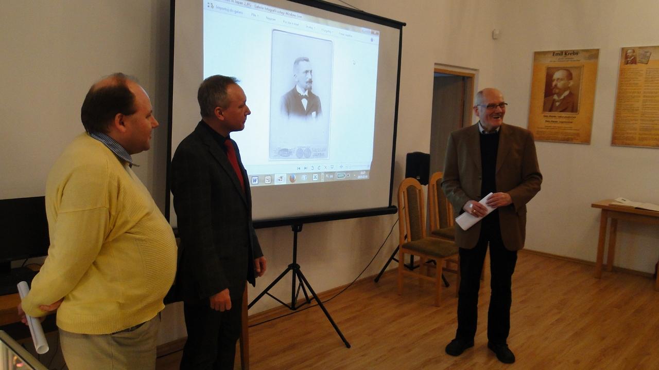 Sobiesław Nowotny (tłumacz), Janusz Gołaszewski (dyrektor AP we Wrocławiu) i Eckhard Hoffmann (wnuk brata Emila). Na ekranie Emil Krebs. Foto: Krzysztof Tęcza