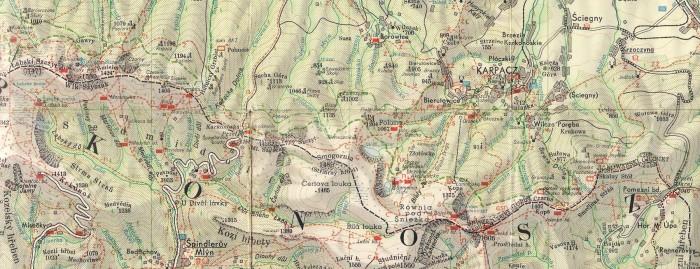 """Fragment mapy Karkonosze 1:75 000, PPWK, wyd. 3., 1962; treść tur. T. Stecia. Na tej mapie są zaznaczone wszystkie - z wyjątkiem Smogorniaka i Noworocznej - chatki karkonoskie. Żadne z kilu wydań tej mapy nie miało takiego kompletu. Niektóre obiekty są lekko przesunięte (Puchatków i Pod Śmielcem) inne zaznaczone bez nazwy. Schron PTG nazwano """"Stacją PTG"""", a chatkę AKT - """"domem AKT""""."""