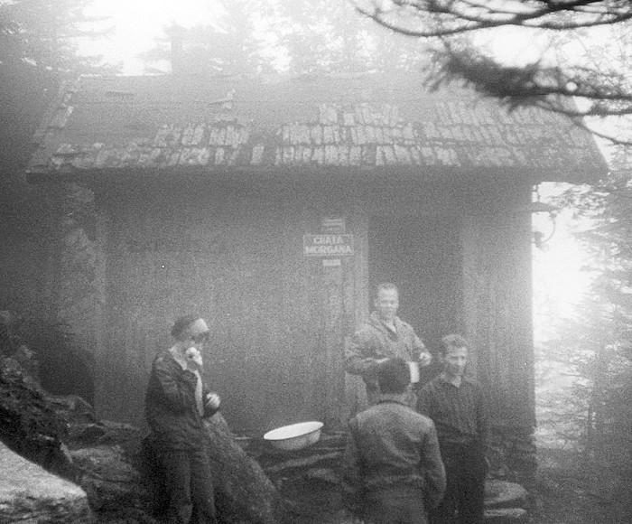 """Kiepskie zdjęcie, ale oddaje klimat tej chatki w czasach kiedy wokół gęsto rosły drzewa i kosówka –  ciasna, ciemna, wilgotna. Widać """"oficjalną"""" nazwę: Chata Morgana (VII-1966)"""