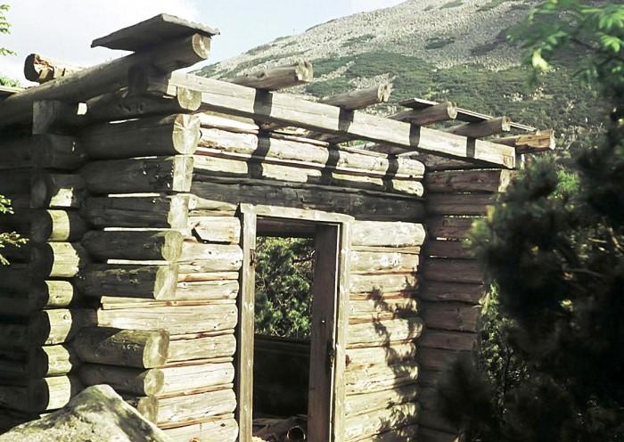 Schron PTG (lato 1968) – już bez drzwi i dachu, ale ściany jeszcze stoją; konstrukcja z ociosanych pni łączonych na zrąb jest analogiczna jak Chatki WielkanocnejSchron PTG (lato 1968) – już bez drzwi i dachu, ale ściany jeszcze stoją; konstrukcja z ociosanych pni łączonych na zrąb jest analogiczna jak Chatki Wielkanocnej