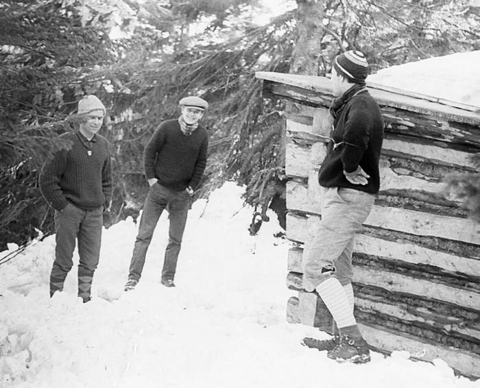 """Grupa """"pionierów"""" – od lewej: Janusz Czerwiński, Jerzy Szymbor, Wojtek Furmanek. Prawdopodobnie pierwsze w ogóle zdjęcie Chatki Wielkanocnej (28-III-1967)"""