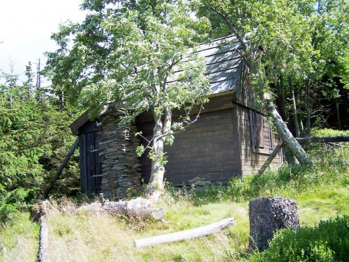 Chatka Słoneczna uroczo położona pod szczytem Skalnego Stołu (VII-2011)