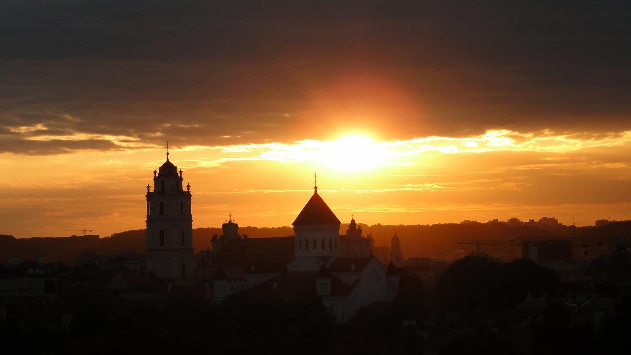 Słońce udaje się na spoczynek, Wilno zapada w sen. Foto: Krzysztof Tęcza