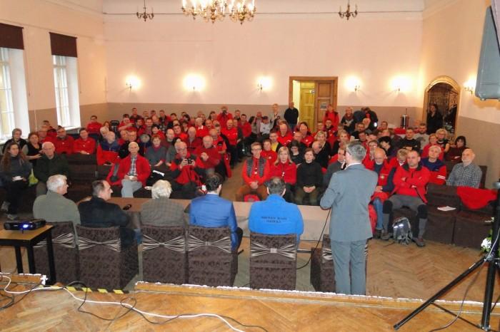 Przewodników wita burmistrz Głuszycy Roman Głód. Foto: Krzysztof Tęcza